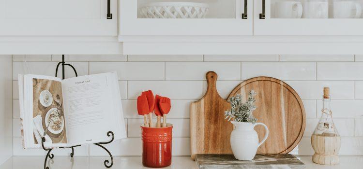 Comment gagner du temps en cuisine en repensant son aménagement et ses rangements ?